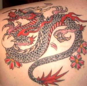 En cuanto a los tatuajes, los dragones son de los principales tatuajes